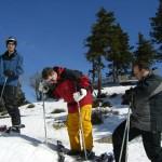 Skier anziehen hinter der Bergstation auf dem Wurmberg